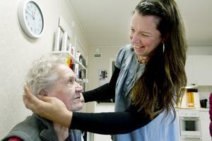 """Besviken. """"Man vill vara fin fastän man är gammal och man vill ha valfrihet fastän man är gammal"""", säger 88-åriga Marianne Berglund. Men när hårfrisörskan Carin Englund inte får vara kvar på Spelmannen, där hon hyrt lokaler i tre år, förlorar de boende möjlighet att välja när de vill bli klippta."""