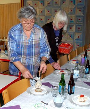 Anita Andersson och Maj-Britt Lundin lade upp förrätten, gubbröra på kavring.