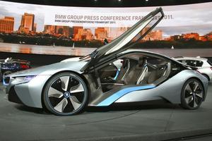 BMW i8. BMW i8 är sportbilen med prestanda som en M3 samtidigt som den är snål. 220 hästkrafter från bensinmotorn och 129 från elmotorn. Tillsammans 349 där bensinmotorn driver bakhjulen och elmotorn fram. När de jobbar ihop blir bilen fyrhjulsdriven.