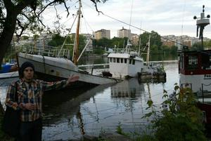 """BÅT. En båt som stått i hamnen i Gröndal i två år tog plötsligt in vatten och sjönk. """"Jag tror att de håller på att pumpa vatten ur den när bilden tas. En båt som sjunkit ser man ju inte så ofta""""."""