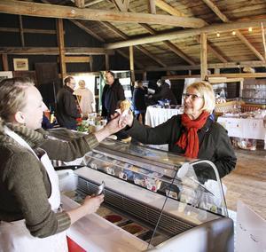 Christina Lundh tar emot en glass av kaféägaren Ida Frid.