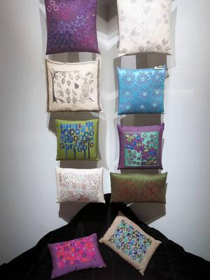 Kuddar ur Länsmuseet Gävleborgs textilsamling, flera av okända formgivare.