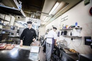 Nu är julförberedelserna i full gång på stans restauranger och krogar. Kristoffer Kilegran och Daniel Nilsson förbereder prinskorv och skinka inför jullunchen på Cuprum.