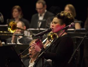 jazzigt. Sångerskan Nina Rydberg sjöng tillsammans med Östhammars storband och Janne Schaffer.