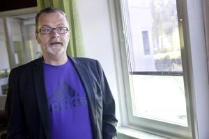 Läraren Lars Bäckström tycker att man börjat komma till rätta med buset och förstörelsen på skolan.