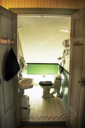 Den lilla toaletten på övervåningen är gjord av återbrukat material.