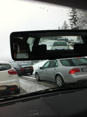 Många bilar blev fast på riksvägen.