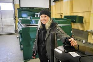 Josefine Lundqvist startar ett hästkrematorium i Vivstavarvs gamla fabriksområde. Den stora ugnen bakom henne har hon köpt från England.