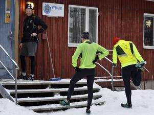 Lars Jonsson övervakar klubbkamraterna Andras Öberg och Mikael Ehrnström när de stretchar efter träningen.