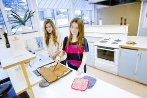 kolakakor. Bella Jonsson från 9E och Linda Skoglund från 7C skär kolakakor som ska säljas på loppis.  I onsdags var det öppet hus på skolan och då lyckades eleverna skrapa ihop 400 kronor på sina bakverk.