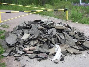 Den här högen med asfalt och stenplattor har dumpats precis framför vägbommen in till skjutbanan vid Stigen i Sandviken.Foto: Lars Erik Björk