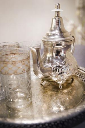 På sommaren gör hon marockanskt te av färska myntablad.