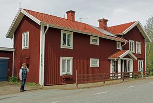 Huset från 1840 är en före detta lanthandel. Pelarna vid entrén kommer från gamla Snavlunda skola.