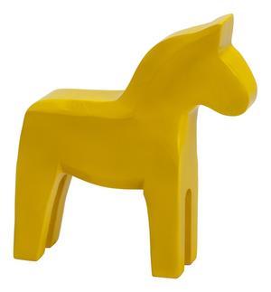 Färg och form. Dekorativ trähäst från Village, finns i flera färger. Pris: 139 kronor.