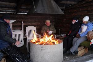 Nils-Gunnar Edbom, Stellan Ståhling, Elin Olofsson och Jennie Trolin värmde sig vid elden. Där hade fiskelyckan gett blandat resultat, tjejerna hade inte fått upp någon fisk medan herrarna åtminstone fått ett par stycken var.