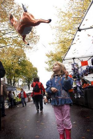 BALLONG. Linda Söderlund, 6 år, visar hur högt hennes Bambi-ballong kan flyga.
