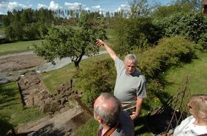Ragnar Lundell från ABF guidade ett tiotal medarbetare från länet genom Davidsgårdens trädgård.