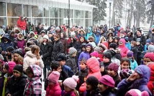 Många trotsade kyla och snöyra för att delta i 5i12-rörelsens antirasistiska manifestation. De fick lyssna på tal, sång och musik. Foto: Johnny Fredborg
