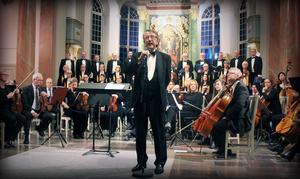 Kjell Lönnå stod för de vackra körarrangemangen, dirigerade och presenterade varje psalm.