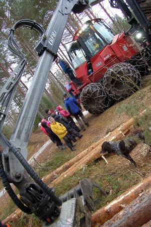 Eleverna fick titta närmare på de stora skogsmaskinerna.