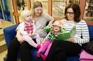 Edit och Kina Nylén läser sagor tillsammans med Lova Andersson och Therese Andersson Olin på Arkenbiblioteket.