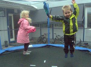 Elsa och Albin var på besök hos kusinerna och det blev en hoppande stund på studsmattan