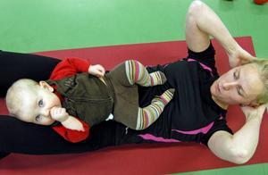 Att mamma Ann-Sofie Almén gör gymnastiska rörelser stör inte Lovisa Helmersson det minsta. Tvärtom.