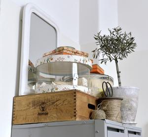 Stora speglar fångar ljuset - ett bra knep för små hem.