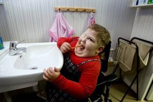 TANDBORSTNING. Alicia får träna på att göra så mycket som möjligt själv. Borsta tänder klarar hon galant.