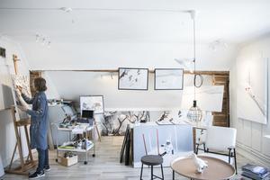 I ateljén är det högt i tak och ljusa väggar. Bland tavlorna syns, förutom renar och naturmotiv mycket alpinskidåkning.