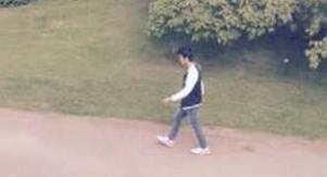 21-åringen vandrar lugnt iväg sedan han först hotat personalen på socialförvaltningen och sedan vandaliserat flera bilar. Det har tagits flera bilder av honom under de många besöken har gjort.
