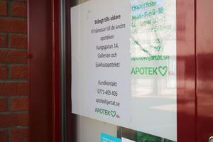 Här är skylten som sitter uppsatt på Apotek Hjärtats entrédörrar.