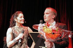 Agneta Sjödin uppvaktar vinnaren av Monitors pris till ung företagare, Partykungen Joel Svensson från Gävle.