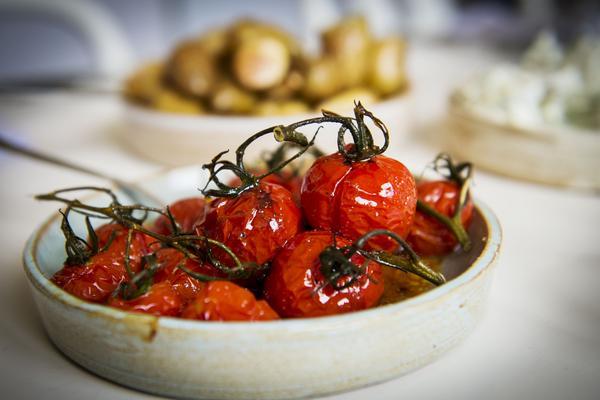 Ugnsbakade tomater serveras i en skål som Johan och Birgit drejat själva.