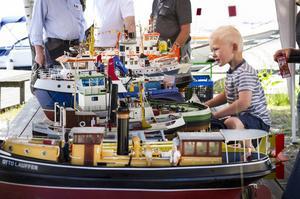 Rasmus Laurentz, fem år, Nyköping, uppskattade de radiostyrda modellbåtarna.