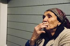 Jordana Nusianova drar in röken från en cigarett.