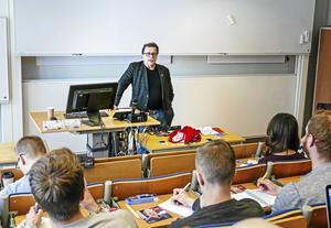 En statlig undersökning visar att kunskapen om EU är låg i Sverige, även bland högutbildade.