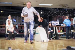 Jan Larsson uppskattar bowlingträffarna varje vecka.