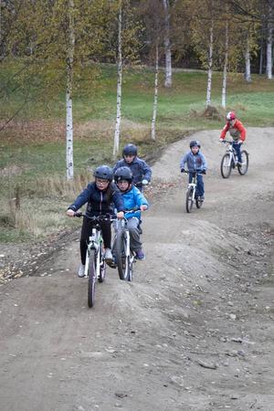 Elsa Westlund ses först i den långa raden av cyklister.