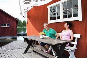 Nu kan Johan Lindblom och Anna-Karin Hall njuta av sitt båthus – solseglet är också återbruk. Den kommer från deras segelbåt.