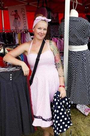 """Prickigt och rutigt. Helena Carlsson säljer klänningar och kjolar av klassiskt 1950-talssnitt. """"Många tjejer vill att klänningarna ska matcha deras bilar. Helst ska de ha samma färg"""", berättar hon."""