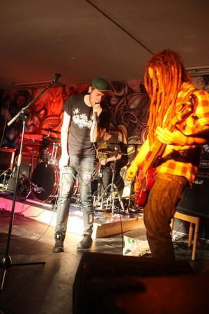 Östersundsbandet Prostata inledde musikkvällen på Kulturstjärnan i Gnarp.
