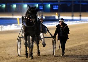 On Track Piraten/Johnny Takter tog en överlägsen seger i sista loppet med Maja Bäckman som skötare.