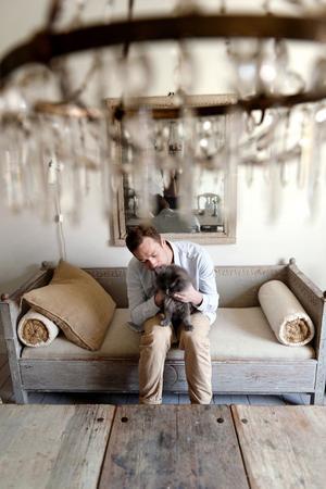 """Denna sengustavianska soffa i framtagen originalfärg har Magnus köpt från en handlare i Belgien. """" Det är extra kul när man får plocka tillbaka saker till Sverige"""