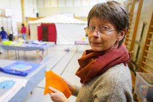 Åsa Ganell håller i projektet och lär eleverna hur de ska tova.