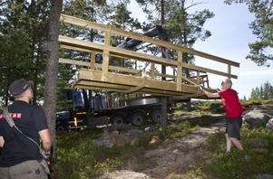 Bryggan lyftes försiktigt av lastbilsflaket, medan Mats Bylund parerade.