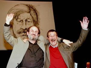 Günter Grass och Salman Rushdie vinkar till publiken under en fest för den då 70-årige Grass som firades på Thaliateatern i Hamburg 1997.    Foto: Christof Stache