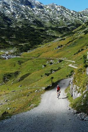 Lennart Jonasson visar bilder från en cykeltur i Österrike.