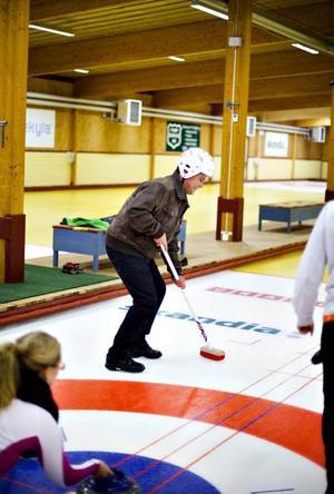 SOPAR. Arbetarbladets reporter testar på att sopa, en viktig del i att få curlingstenarna dit man vill.