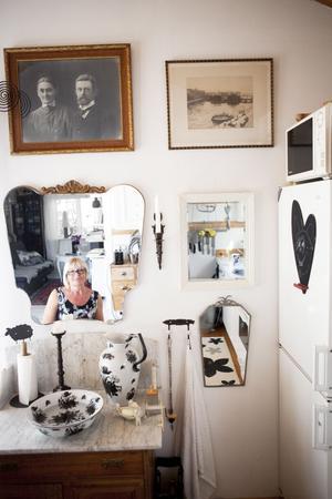 Rymd. Flera olika speglar på en vägg ger karaktär och rymd.